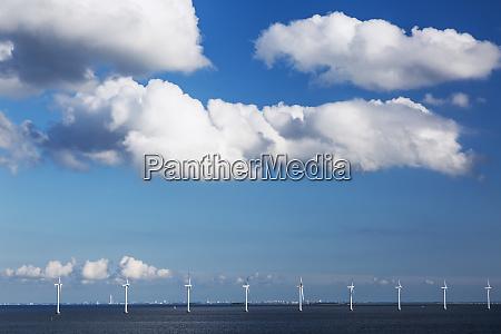 reihe von windkraftanlagen in der ostsee