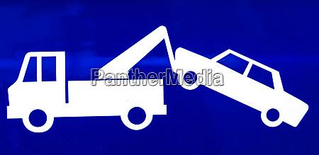 nahaufnahme eines blauen verkehrszeichens fuer einen