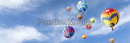 bunte heissluftballons am himmel