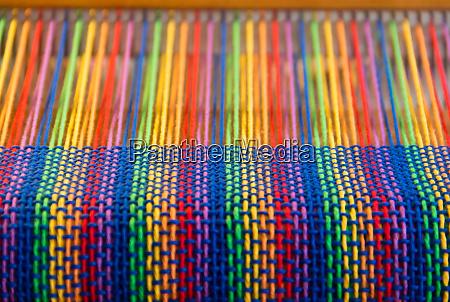 kamm webstuhl mit regenbogenfarben und diversity
