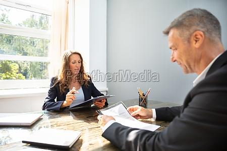 geschaeftsfrau nimmt ein interview von mann