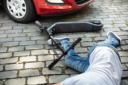 bewusstloser mann liegt nach unfall elektromotorisiert