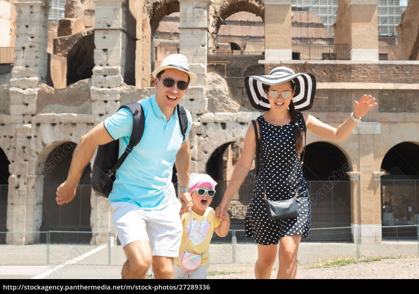 junge, familie, läuft, vor, dem, kolosseum - 27289336