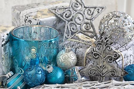 weihnachtsdekoration mit blauen und silbernen ornamenten