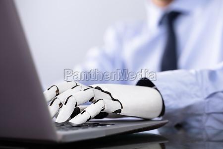 mann mit prothetischen hand arbeiten auf