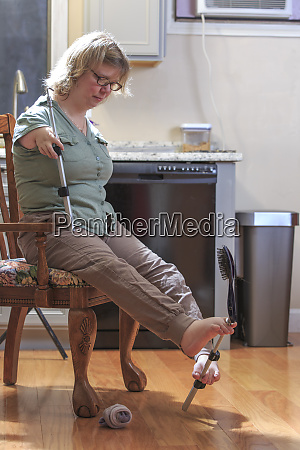 woman with tar syndrome picking up