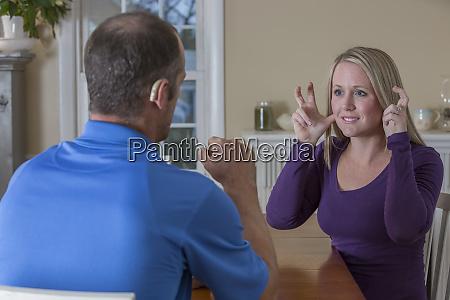 ehemann und ehefrau kommunizieren in amerikanischer