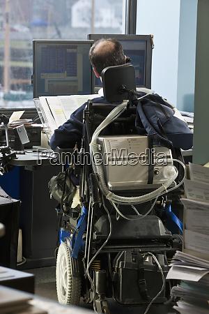 geschaeftsmann mit duchenne muskeldystrophie im motorisierten