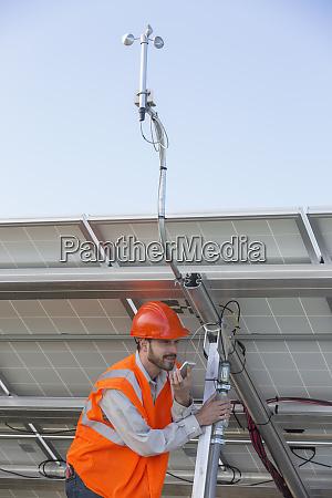 power engineer auf einem handy waehrend