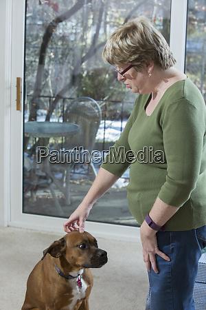 frau mit autismus steht mit hund