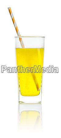 ein orangefarbenes erfrischungsgetraenk mit stroh