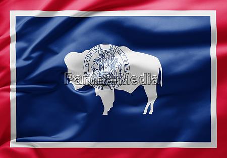 schwenken der staatsflagge von wyoming