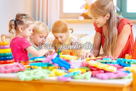 gruppe von kindern und erzieherinnen spielen