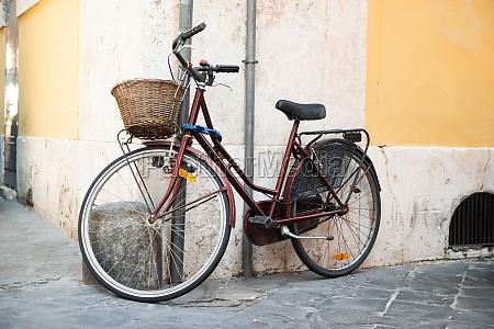 klassisches fahrrad auf der alten italienischen