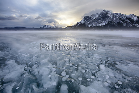 kanada alberta abraham lake wintersonnenaufgang ueber