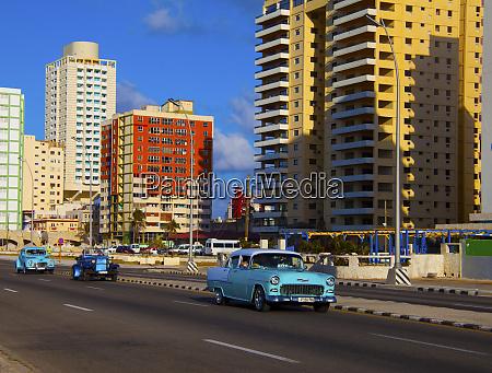 havanna, kuba, drei, klassische, alte, blaue, autos, die, auf - 27329040
