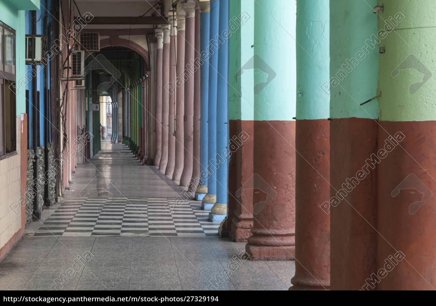 kuba, havanna., wiederholte, säulen, einer, arkade, entlang - 27329194