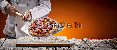 koch mit einer leckeren hausgemachten peperoni