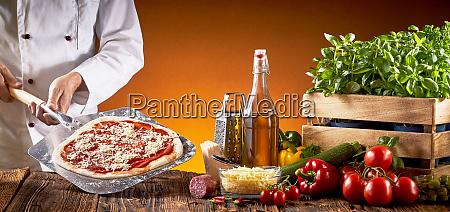 chefkoch der eine traditionelle italienische pizza