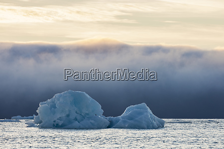 norwegen, spitzbergen, kvitoya., eisberg, und, nebelbank, bei, sonnenaufgang. - 27332256