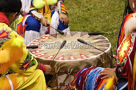 indianer um eine trommel bei einem
