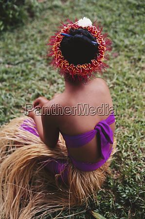 mikronesien pohnpei frau sitzt mit pohnpei