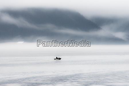 ein einsames fischerboot auf dem weg