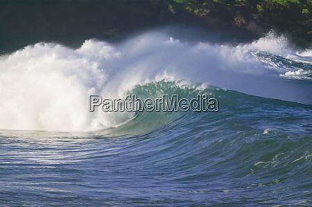 pazifische sturmwellen nordkueste von oahu hawaii