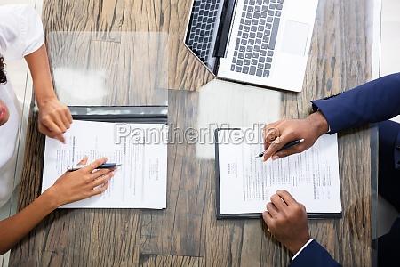 junge geschaeftsleute sitzen im interview