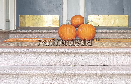 drei kuerbisse am ende einer treppe