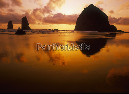 usa oregon cannon beach haystack rock