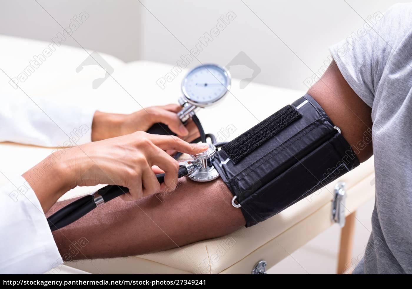 junger, arzt, überprüft, den, blutdruck - 27349241
