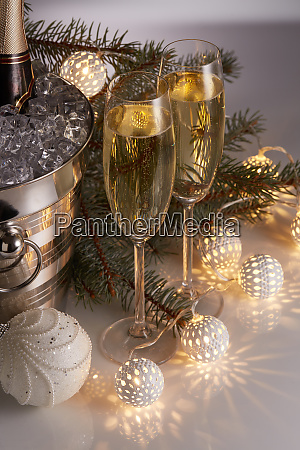 champagner und weihnachts und neujahrsdekorationen
