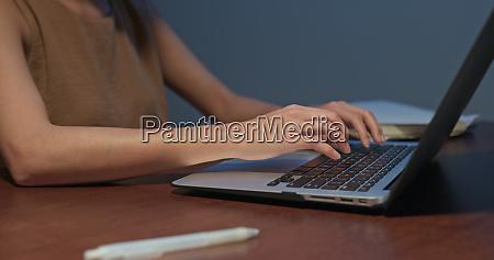 frau arbeiten auf laptop computer zu