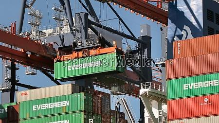 beladen von containern auf einem schiff