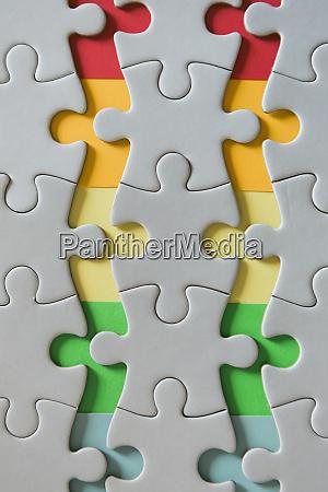 regenbogen kanten von getrennten puzzle stuecke