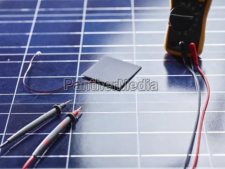 silizium solarzelle mit draehten auf solarpanel