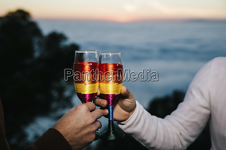 homosexuell paar klirren champagner glaeser in
