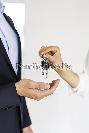 nahaufnahme des immobilienmaklers der schluessel an
