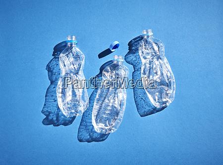 plastikflaschen auf blauem hintergrund