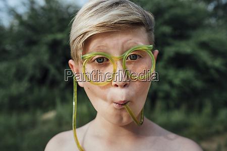 portraet von frackled junge mit lustigen