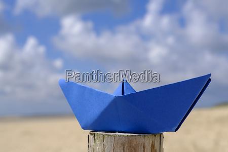 blaues papierboot
