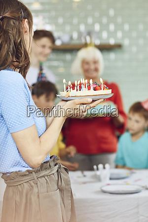 mutter und soehne feiern grossmutters bithday