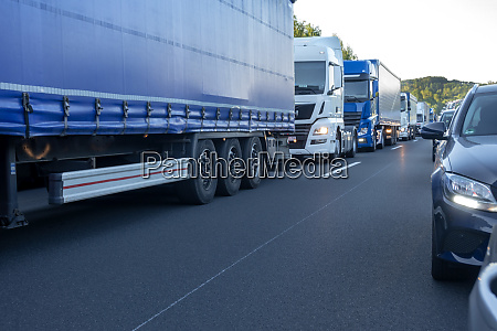 rettungsgasse autos und lastwagen im stau