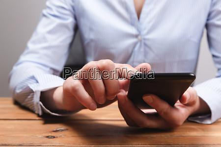 frauenhaende mit mobilem smartphone frau sms