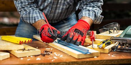 handwerker bei der arbeit auf holzbrettern