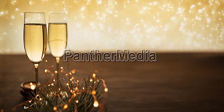 champagner auf einem holztisch
