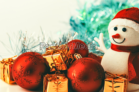 schneemann weihnachtsrote kugeln und geschenke in