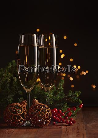 zwei glaeser mit champange tannenbaumzweig mit