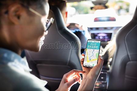 afrikanische frau mit car sharing app